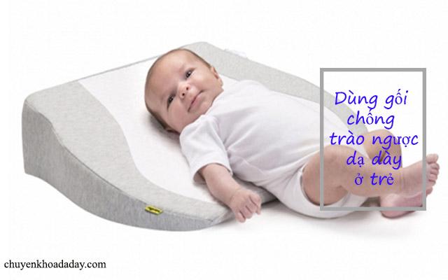 Dùng gối chống trào ngược để giảm tình trạng trào ngược cho trẻ