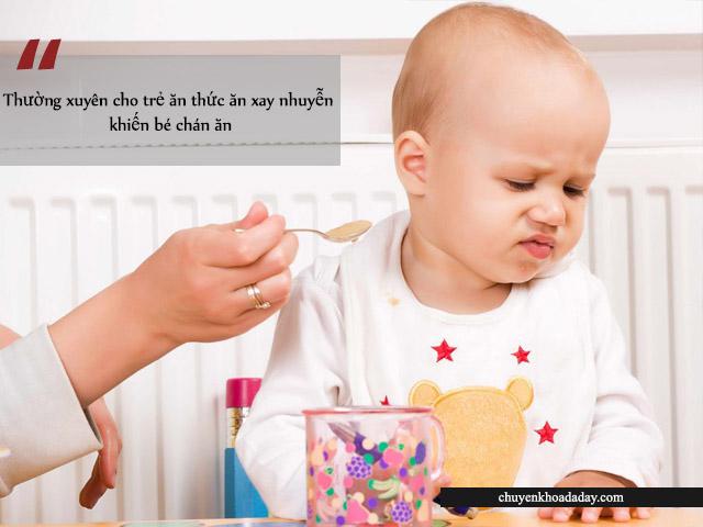 Bé chán ăn do thường xuyên ăn thức ăn xay nhuyễn