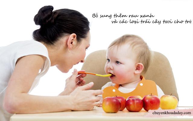 Nên cho trẻ ăn nhiều rau xanh và trái cây tươi khi bị rối loạn tiêu hóa