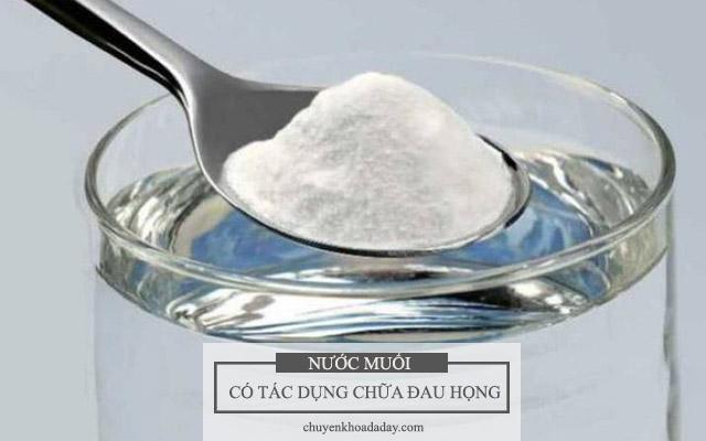 Uống nước muối có thể chữa chứng đau họng, khó nuốt