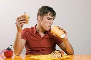 Thói quen vừa ăn vừa uống có thể gây đau dạ dày