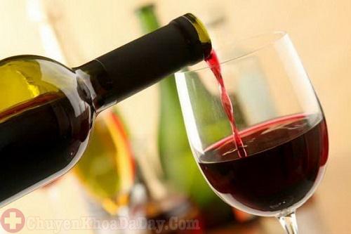 Đang bị đau có thể uống rượu vang