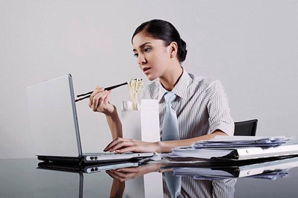 Làm việc căng thẳng, ăn uống và nghỉ ngơi không điều độ là một trong những nguyên nhân dẫn tới đau bao tử